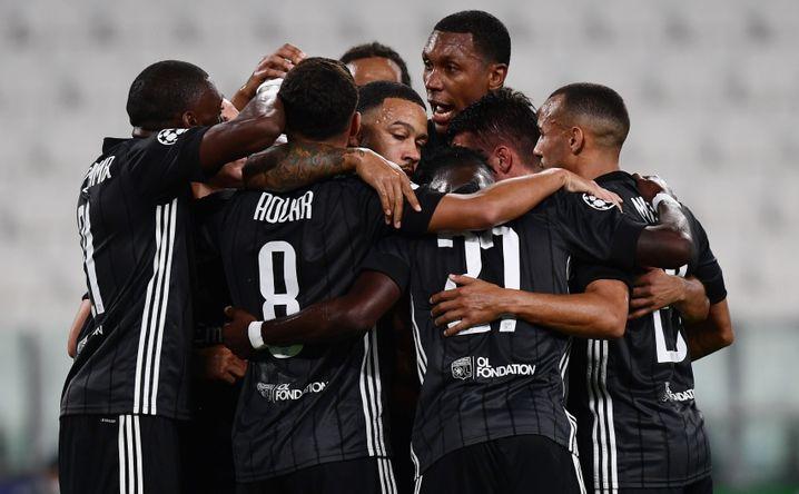 Lyon steht dank Memphis Depays Elfmetertreffer (M.) im Viertelfinale