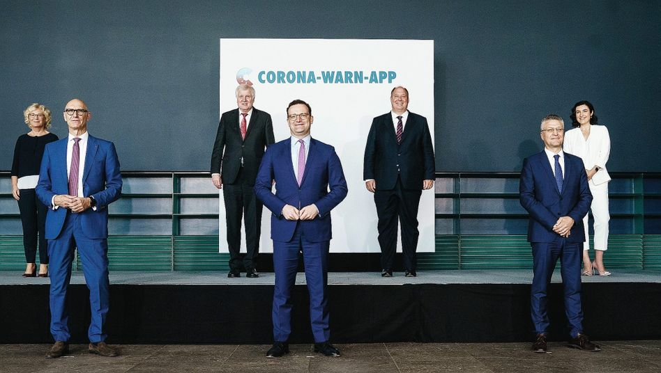German Health Minister Jens Spahn (center) at the presentation of the government's coronavirus app on June 16.