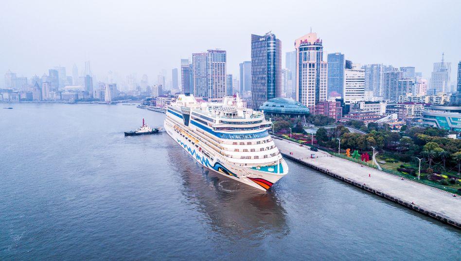 """Die """"Aida Bella"""" vor der Skyline Shanghais (Archivbild): 3300 Passagiere sind betroffen"""