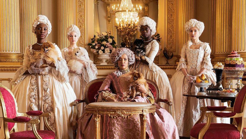 Darstellerin Rosheuvel (M.) als Königin Charlotte in der Serie »Bridgerton«: Dreiste Lüge oder retrospektive Utopie?