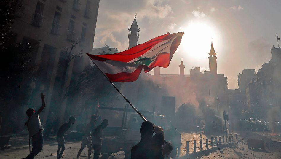 Libanesische Flagge bei Protesten nach der Explosion im Hafen von Beirut