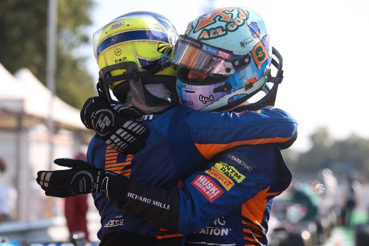 Die schönste Szene des Rennens: Daniel Ricciardo (rechts) und Teamkollege Lando Norris herzen sich nach ihrem Doppelsieg