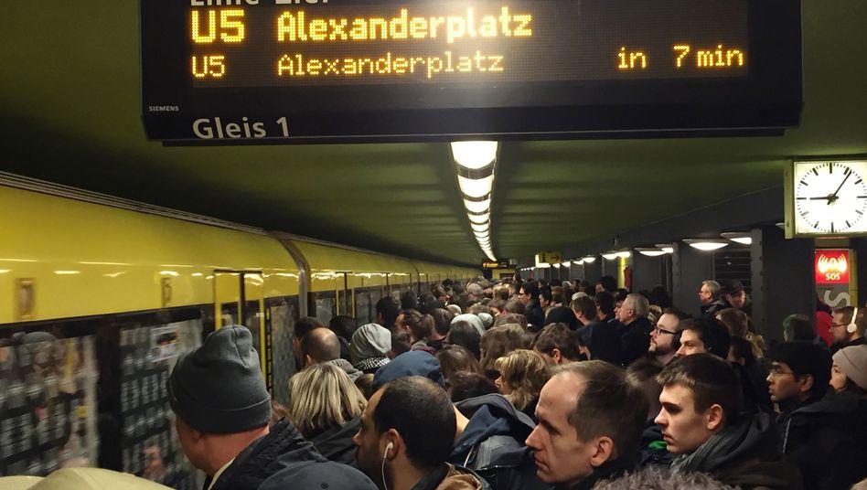 Passagiere vor einer U-Bahn in Berlin