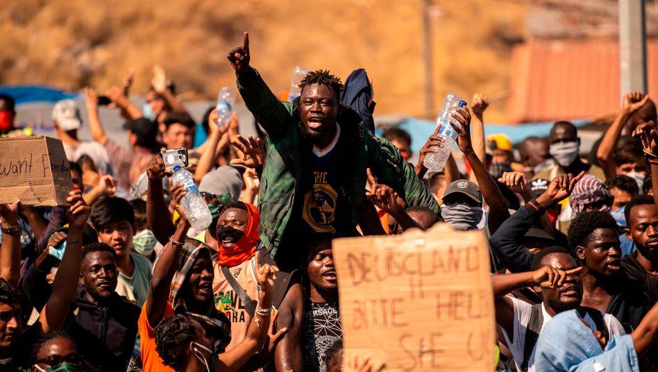 """Protest von Bewohnern des niedergebrannten Lagers Moria: """"Deutschland bitte helfen"""""""