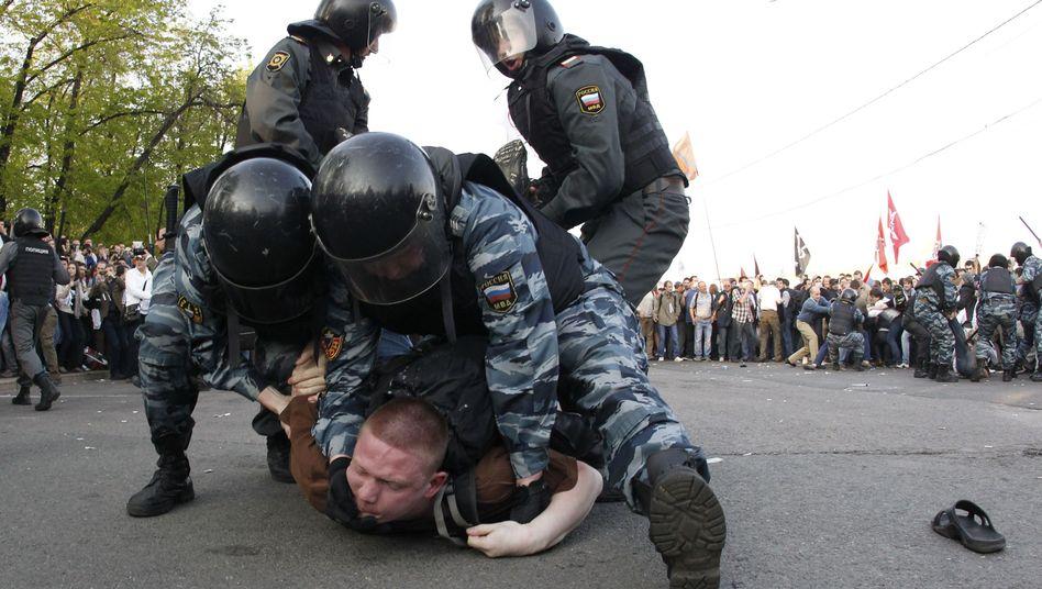 Hartes Vorgehen: Die Polizei überwältigt in Moskau einen Demonstranten (Foto vom 6. Mai)