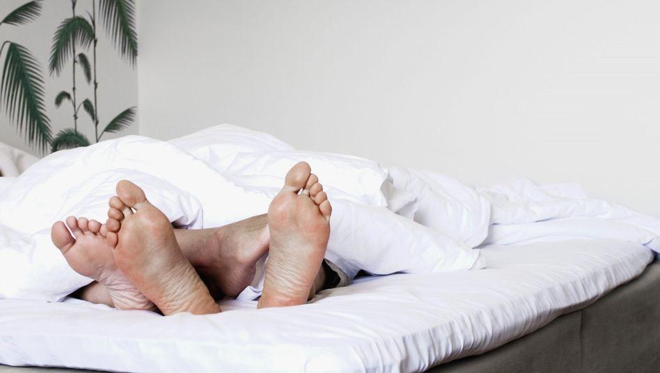 Zwei Menschen im Bett: Matratzenhersteller sollen Kartell gebildet haben