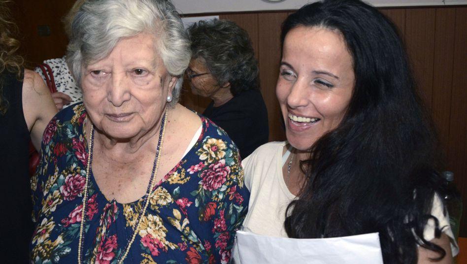 Großmutter - mit ihrer Enkelin? Die Seniorin glaubt ja, DNA-Tests sagen nein
