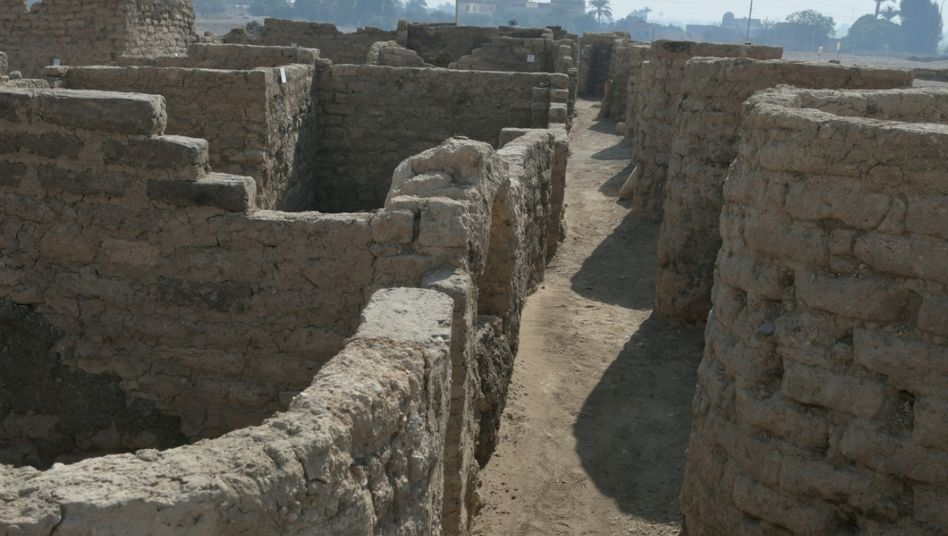 Die Straßen des Ortes sind von Häusern flankiert, einige ihrer Mauern sind bis zu drei Meter hoch, sagt der bekannte Ägyptologe Zahi Hawass