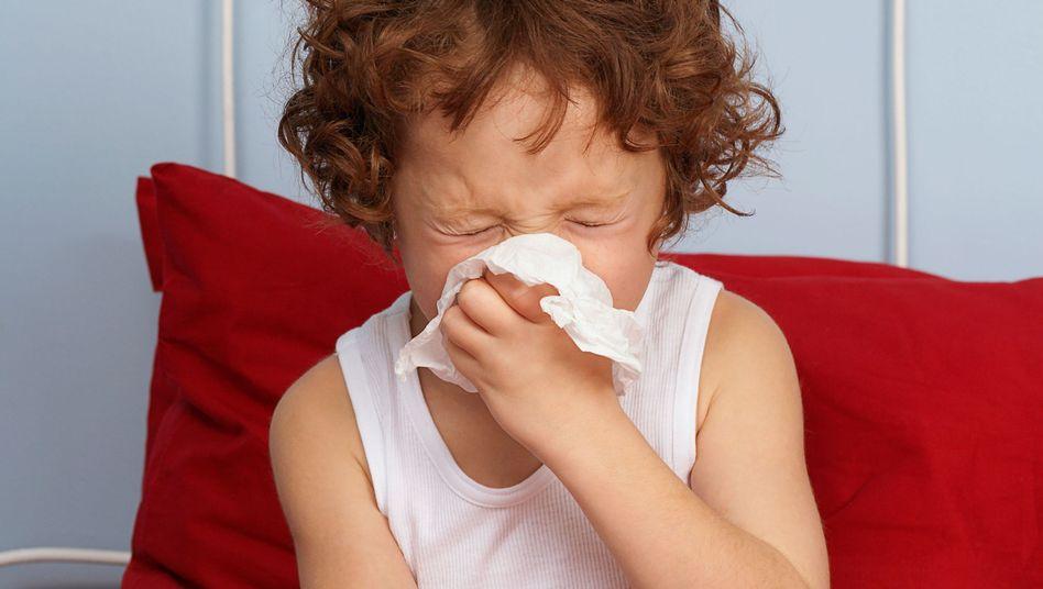 Müde, schlapp, appetitlos: Wer an der echten Grippe erkrankt, den zwingt der Körper ins Bett