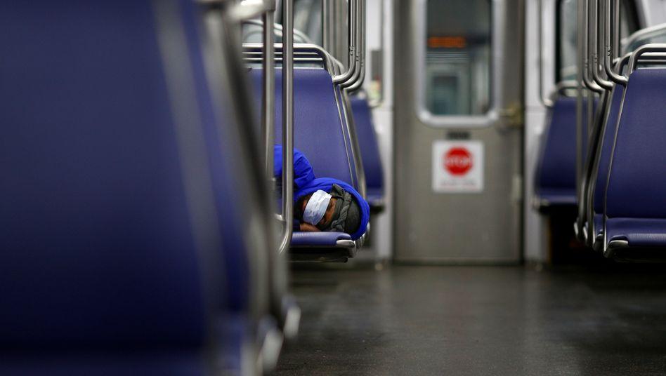 Ein Mann in der U-Bahn in Washington, D.C., trägt Maske: Nicht überall in den USA ist das im öffentlichen Nahverkehr Pflicht