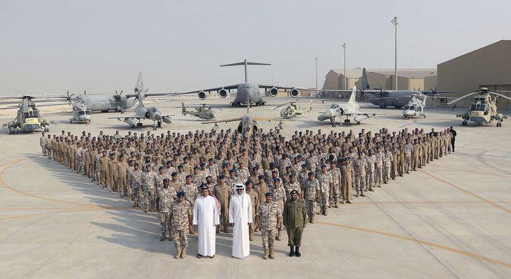 Der Emir von Katar mit Soldaten in Udeid