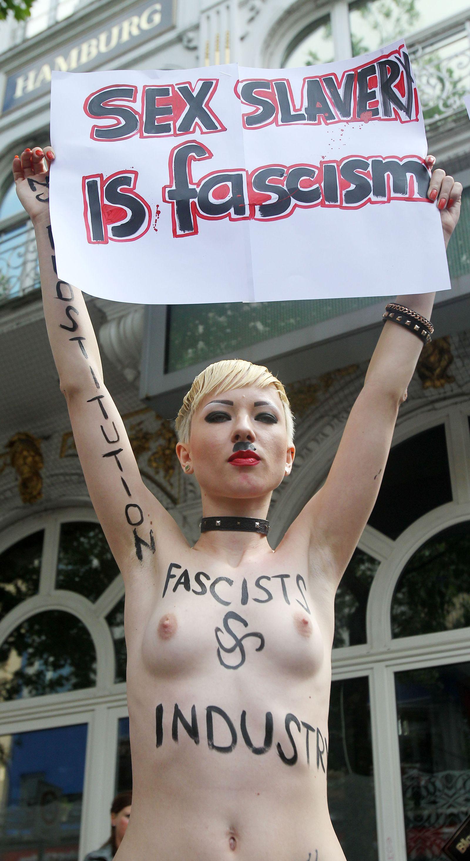 Femen Aktivistinnen protestieren auf der Reeperbahn