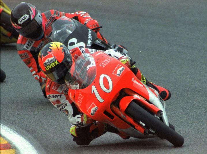 Peter Öttl (hier im Jahr 1996 beim Grand Prix in Italien, Mugello) gewann in seiner Karriere insgesamt fünf Rennen in der höchsten Motorsportklasse