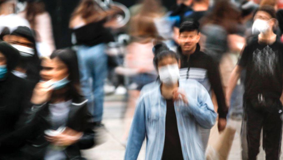 Gedränge am Alexanderplatz in Berlin: Masken können einen Beitrag zum Corona-Schutz leisten - aber Abstand ist wichtiger