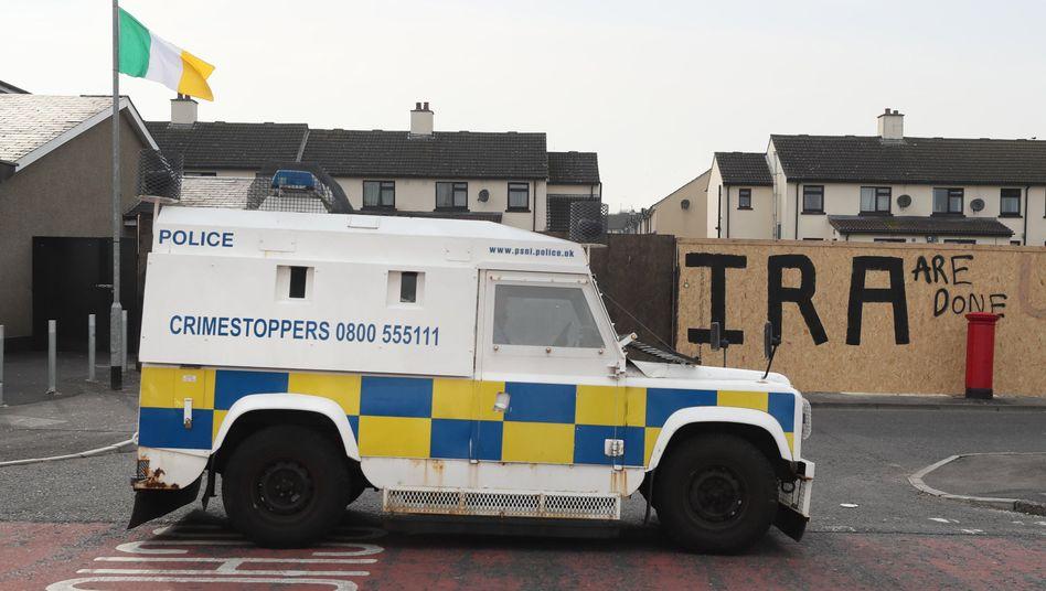 Polizeiwagen vor einem Graffiti (Archivfoto)
