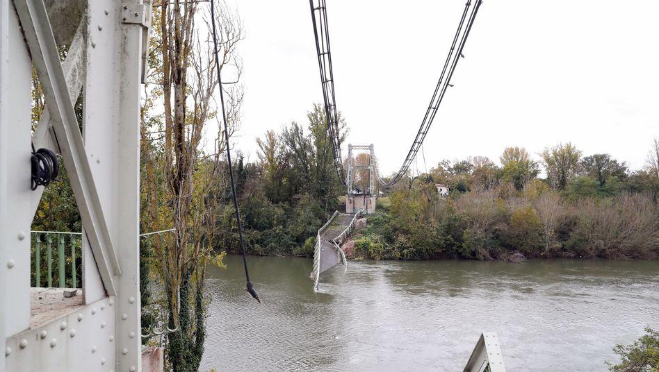 Überreste der Hängebrücke bei Toulouse: Laster war wohl doppelt so schwer wie erlaubt