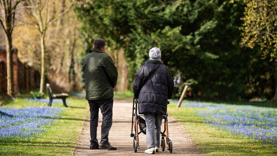 Spaziergänger im Park: Bund überweist Milliarden an die Rentenkasse