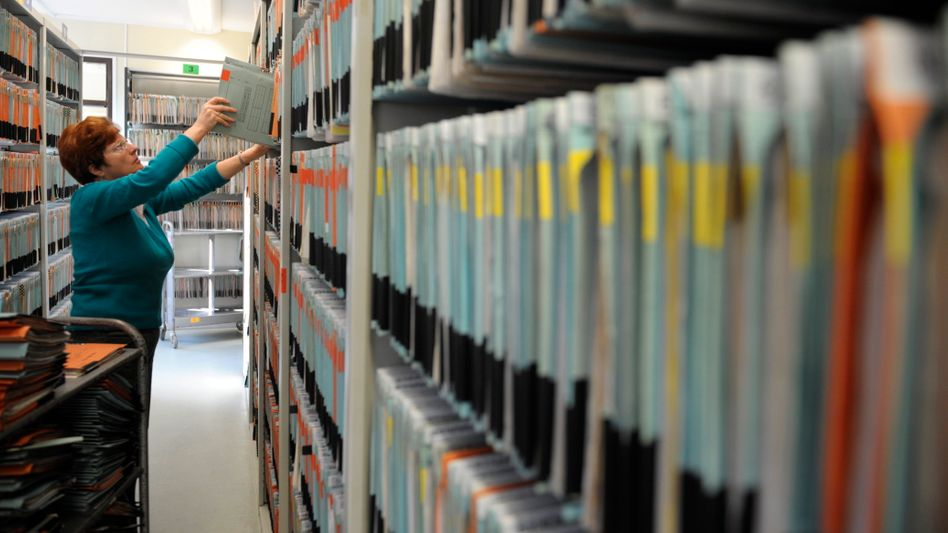 Aktenregale in der Bundesagentur für Arbeit: Datenleitung statt Papierberge