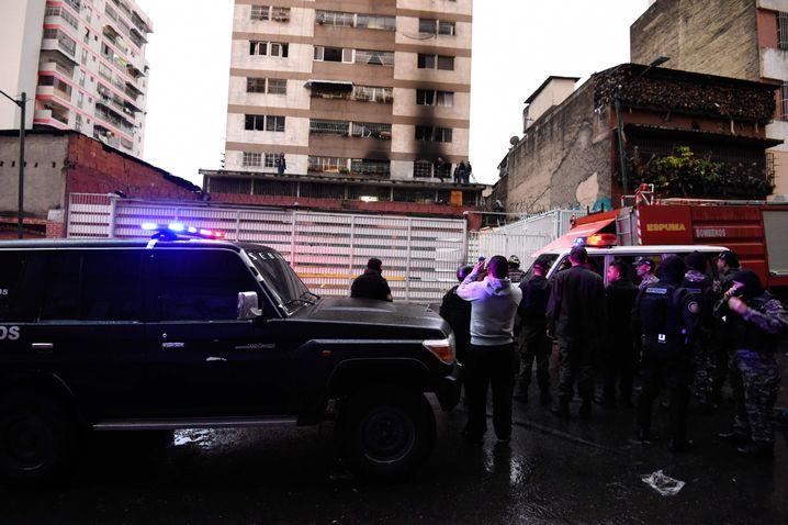 Sicherheitskräfte kurz nach dem Attentatsversuch