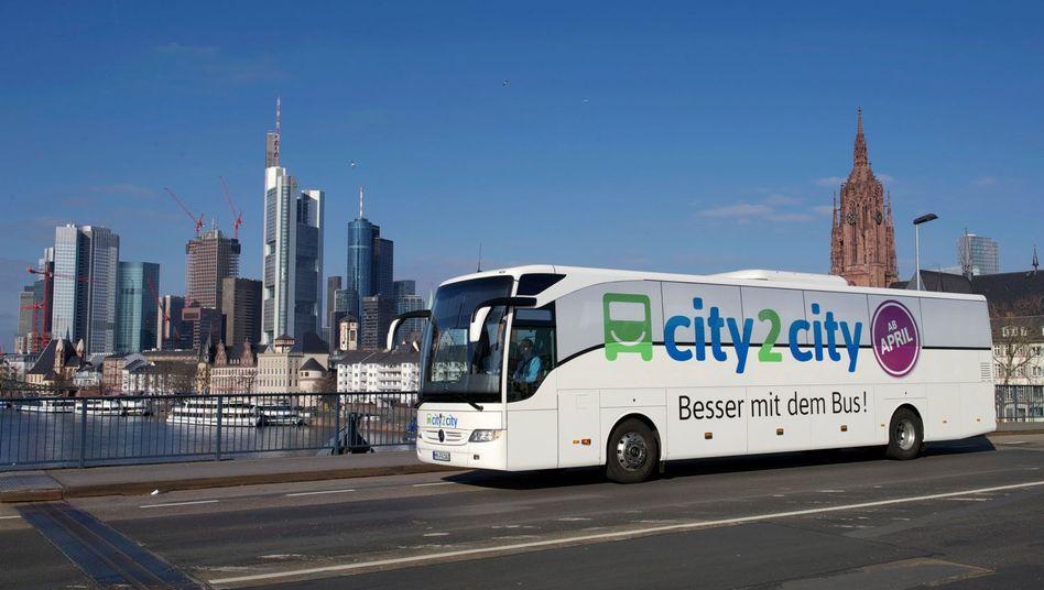 Busunternehmen City2City: Viele Menschen mit schmalem Geldbeutel reisen im Bus