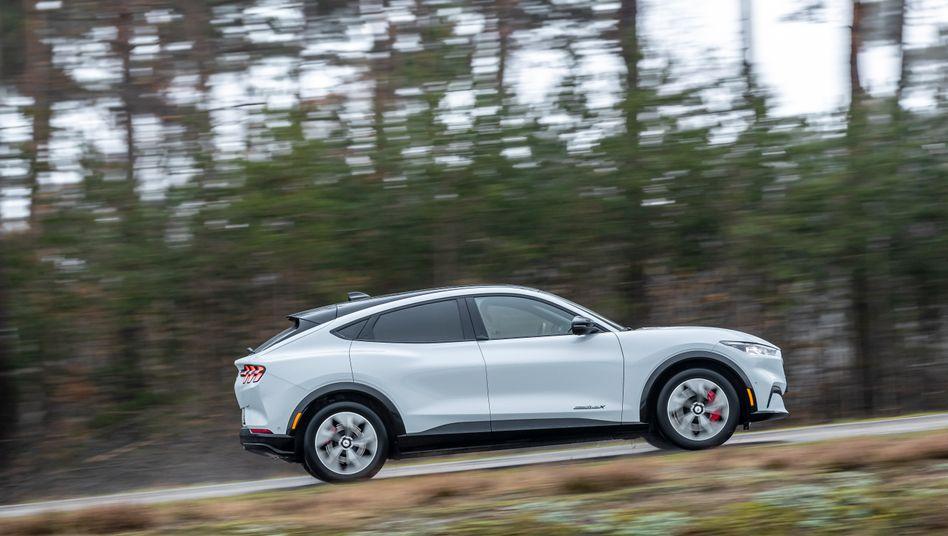 Der Ford Mustang war mal ein elegantes Sportcoupé. Jetzt, als Elektroauto, tritt die legendäre Baureihe im SUV-Format an.