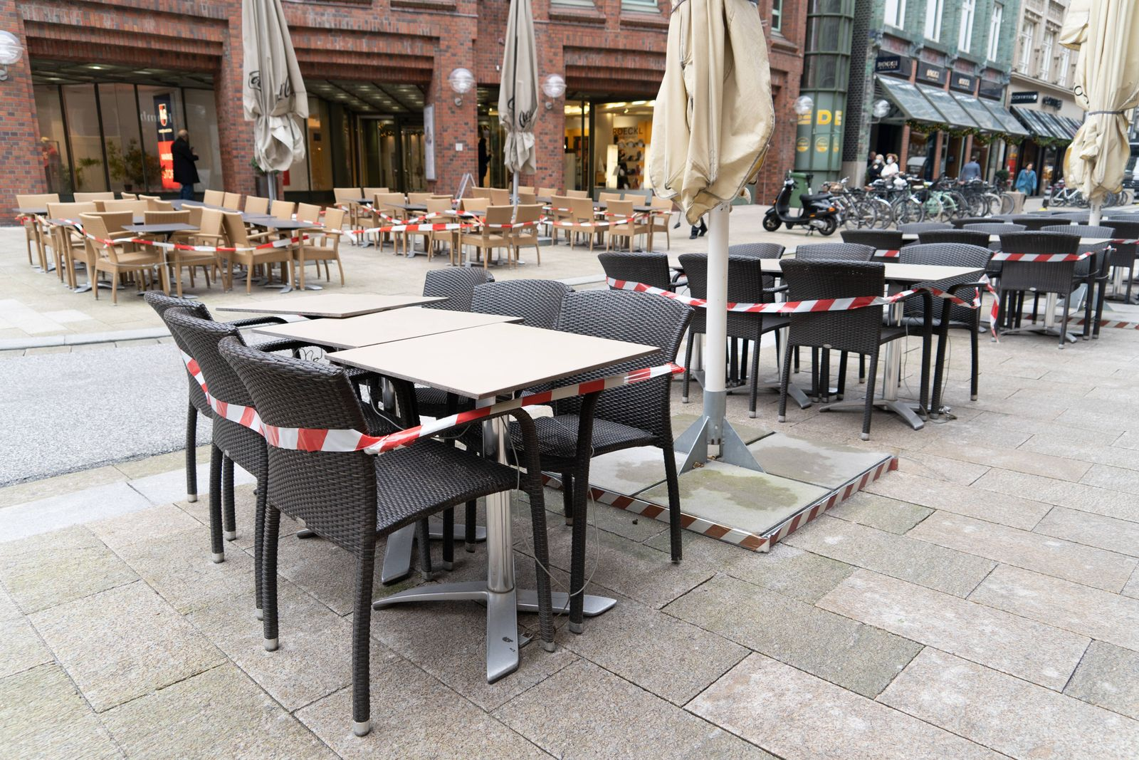 Abgesperrte Gastronomie während des Corona-Teil-Lockdowns im November 2020 in der Poststraße Innenstadt Hamburg;Abgespe