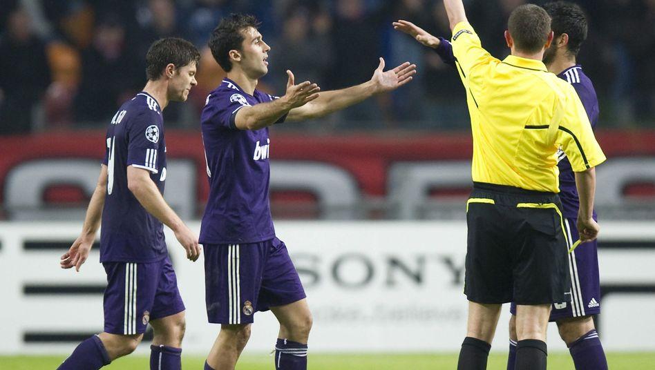 Platzverweis für Xabi Alonso (l.): Hat Mourinho Spieler angestiftet?