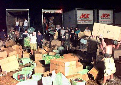 Randalierer plündern Container auf dem Woodstock-Gelände