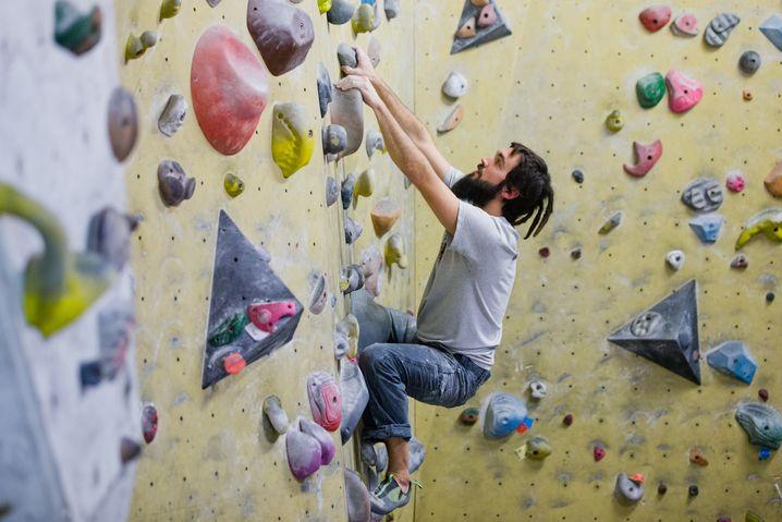 "Mann an der ""Boulder""-Wand: ""Es ist ein Sport, bei dem man am Fels tanzt."""