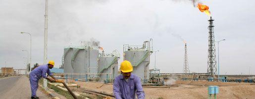 Irakische Ölarbeiter in einer Raffinerie bei Basra: Anlagen alt und ineffektiv