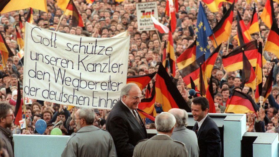 Kohl bei einer Wahlkampfveranstaltung am 20.2.1990 auf dem Erfurter Domplatz