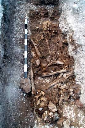 """Grab der """"Boscombe Bowmen"""" während der Ausgrabung: Mitarbeiter beim Bau von Stonehenge"""
