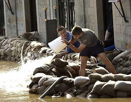 Eimerweise schöpfen die Helfer in Dresden das Wasser aus den Gebäuden - doch die zweite Welle kommt bestimmt