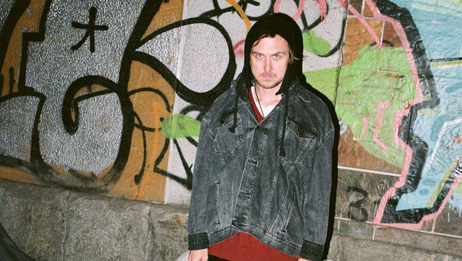 Mit diesem Foto inszeniere er sich nicht als Obdachloser, sagt Schauspieler Lars Eidinger