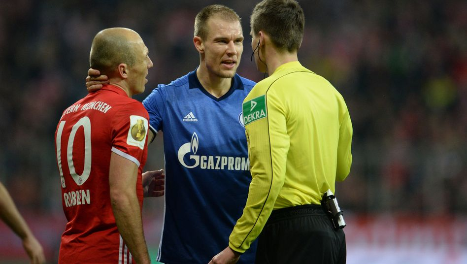 Arjen Robben (l.), Holger Badstuber (m.), Schiedsrichter Daniel Siebert