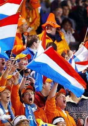 Mit Weltrekord zum Gold: Niederländische Fans feiern den Sieg ihres Landsmannes Jochem Uytdehaage im 5000-Meter-Eisschnelllauf
