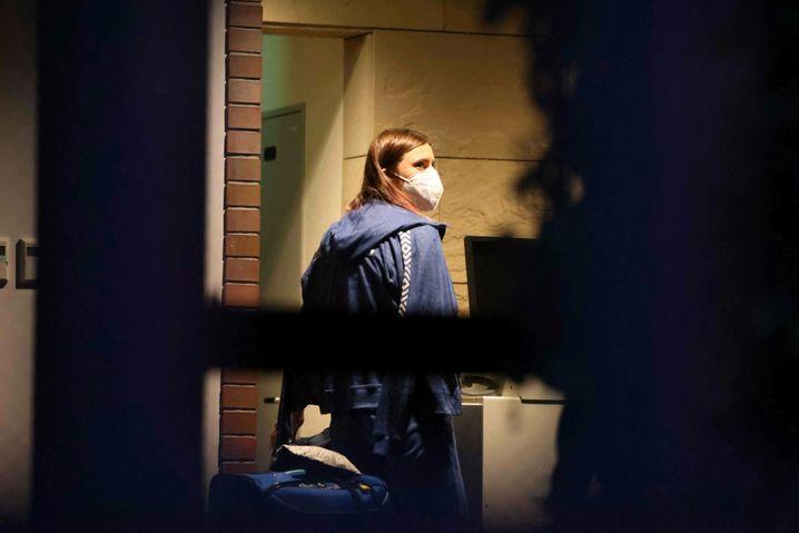 Die belarussische Athletin Kristina Timanowskaja in der polnischen Botschaft in Tokio am Montag. Sie beantragt Asyl