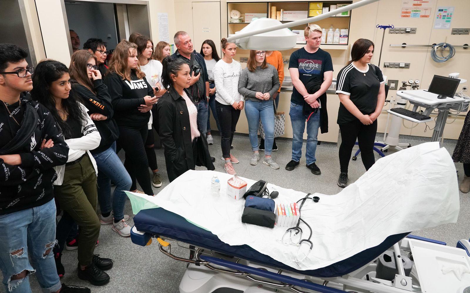 Schüler informieren sich am Filmset über Krankenpflege