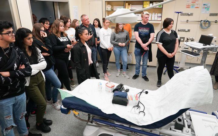 Realschüler aus Hessen im Lehrkrankenhaus der Martin-Luther-Universität Halle-Wittenberg