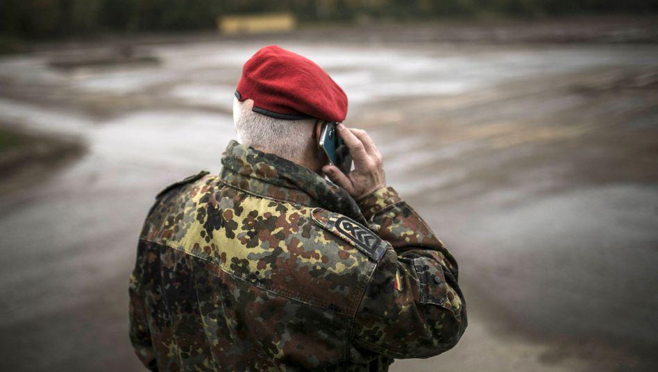 Soldat mit Mobiltelefon (Symbolbild): Auf Diensthandys soll bald eine modifizierte Android-Version laufen