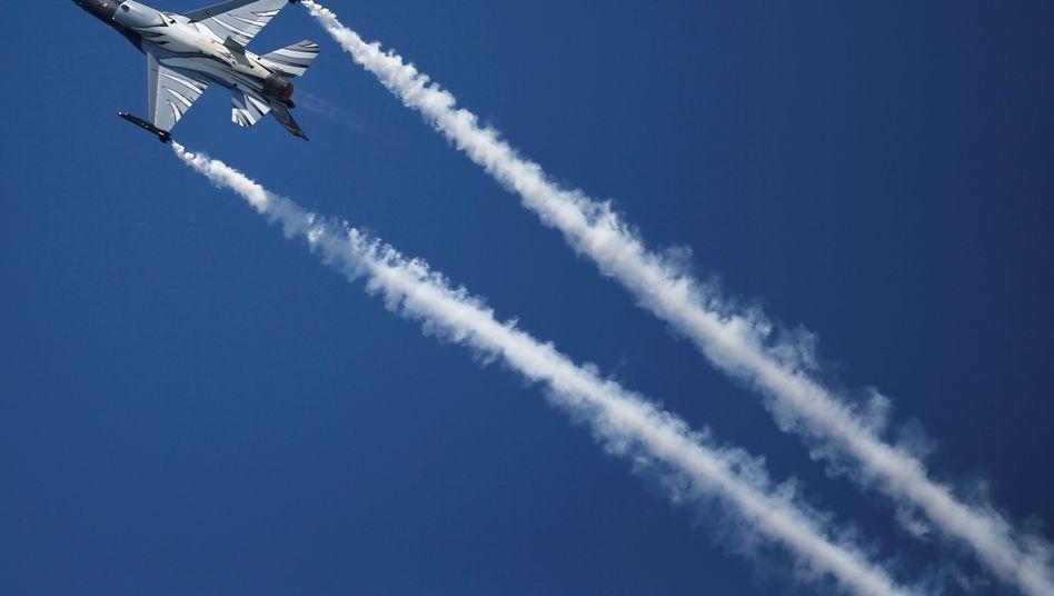 Lockheed Martin F-16 Kampfflugzeug bei Vorführung in Paris