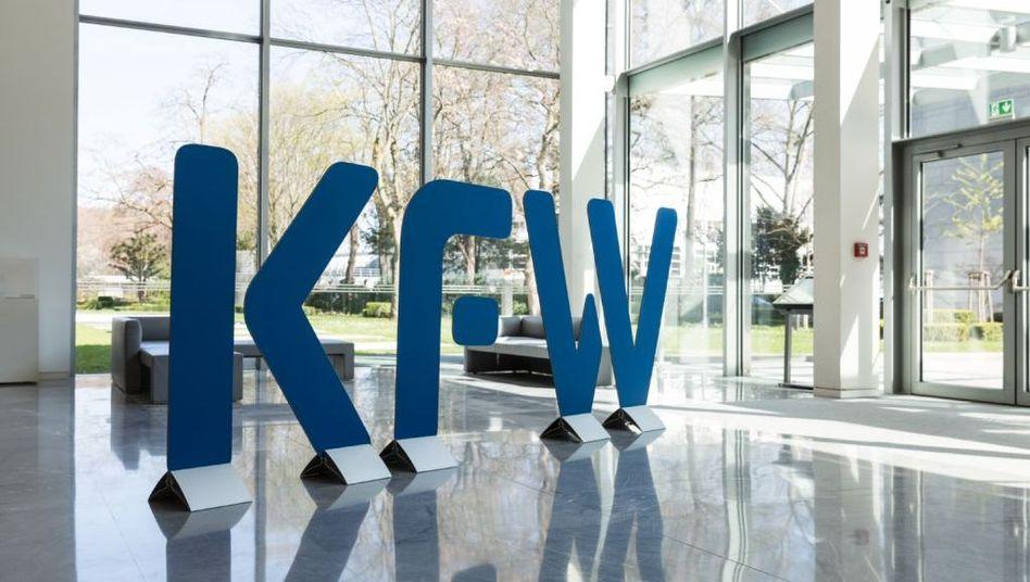 KfW-Logo im Eingangsbereich der Zentrale in Frankfurt