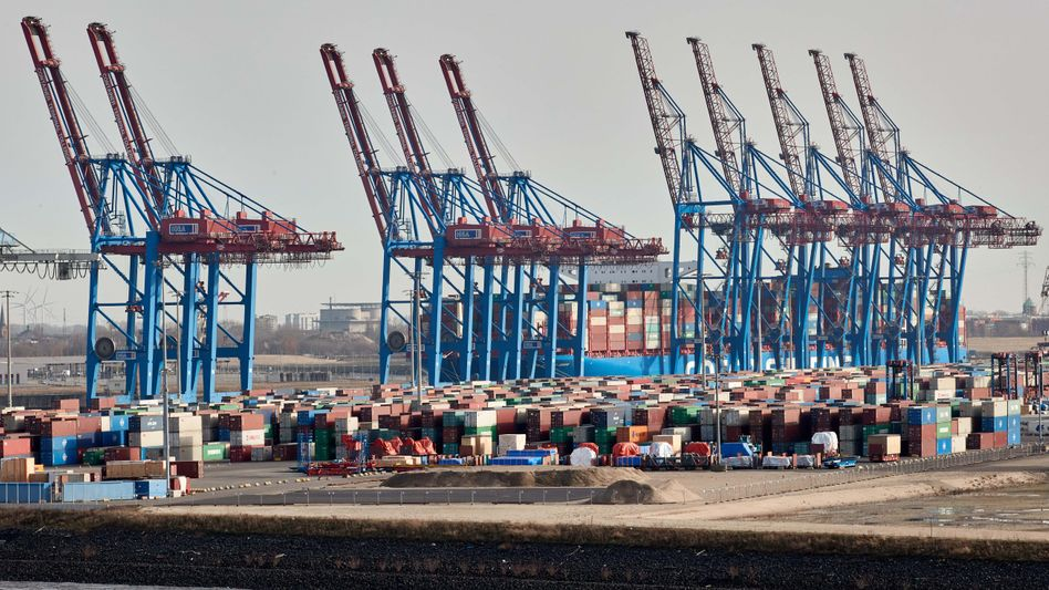 Kräne und Container im Hamburger Hafen (im März)