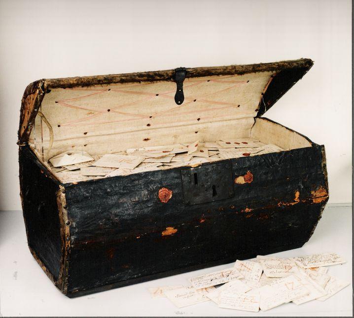 Truhe mit nicht zugestellten Briefen im Postmuseum Den Haag