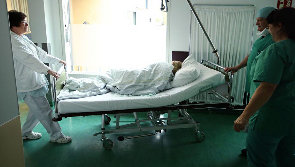 Krankenpflegerin (l.) in Berlin