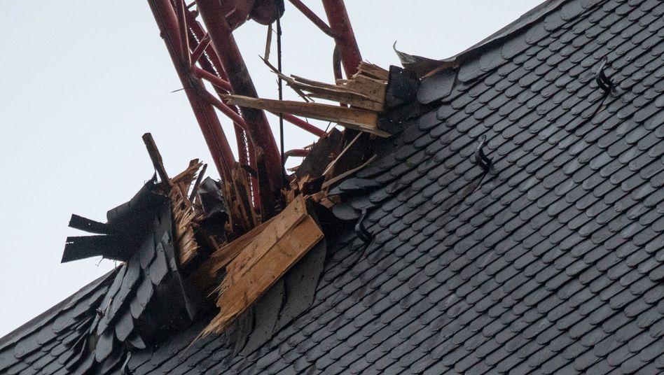 Ein Baukran stürzte in das Dach des Frankfurter Doms