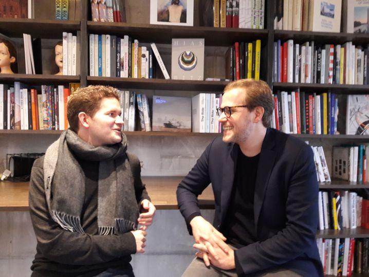 Kanzler Thomas Bachem und SinnerSchrader-Mann Axel Averdung in der Bibliothek der Factory