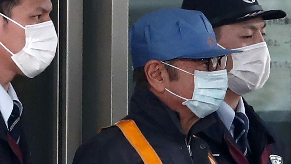 Carlos Ghosn (Mitte) bei Verlassen der Haftanstalt in Tokio