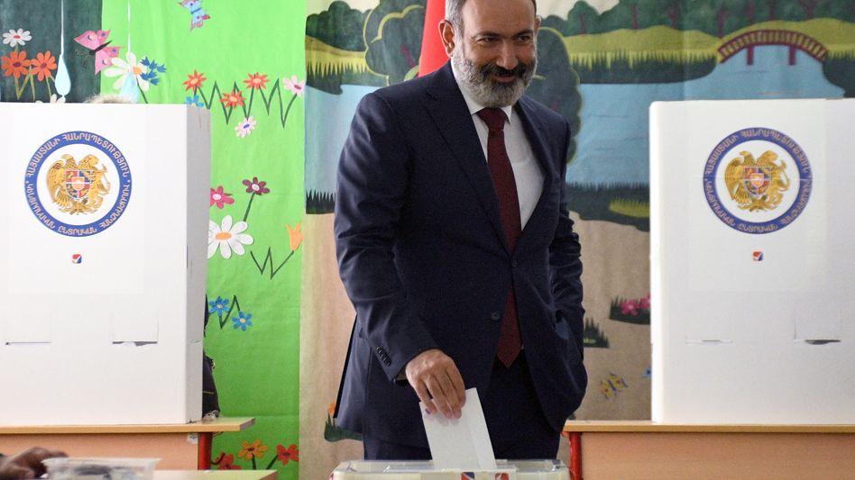 Regierungschef Nikol Paschinjan bei der Stimmabgabe