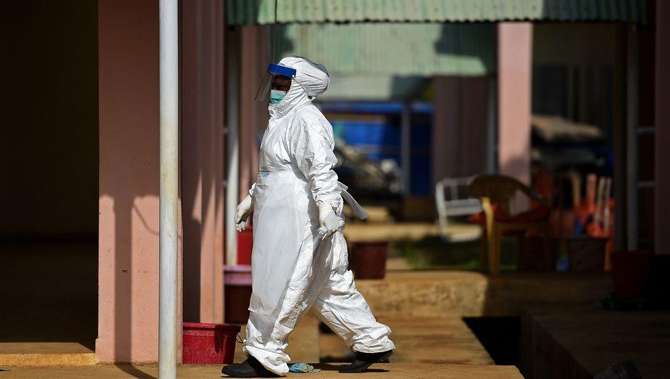 Privatklinik in Quarantäne: Schutzkleidung gegen das Virus